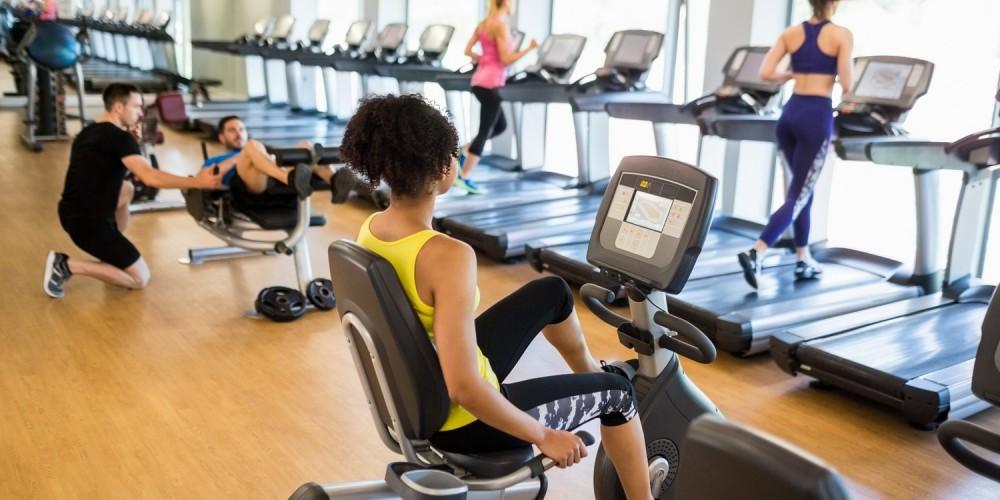 Frauen beim Sport im Fitnessstudio