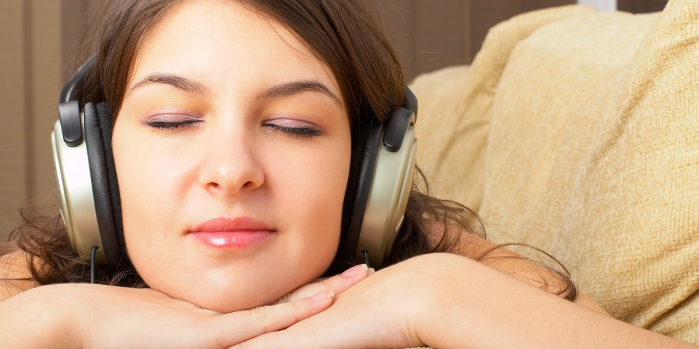Junge Frau entspannt beim Musikhören