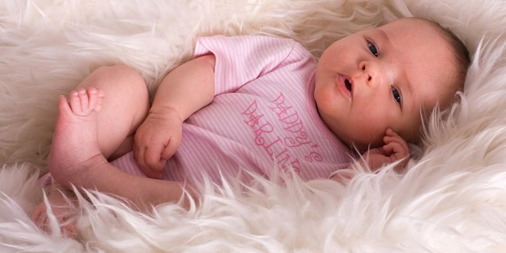 Baby auf einem Lammfell