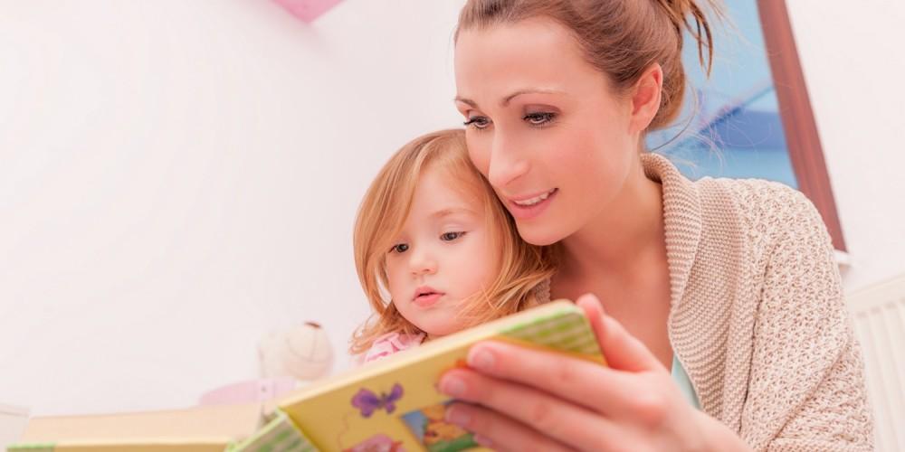 Kleines Mädchen bekommt eine Gute-Nacht-Geschichte vorgelesen