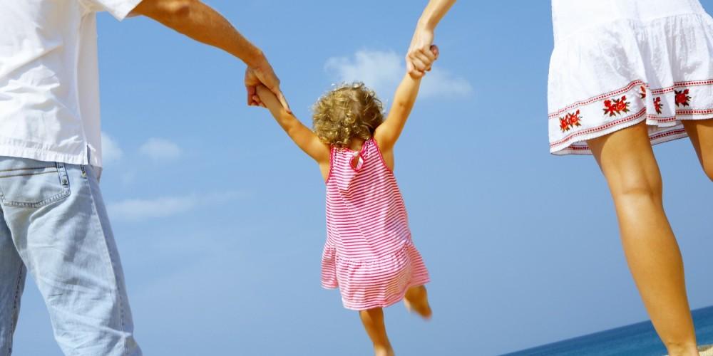 Eltern mit kleiner Tochter am Meer