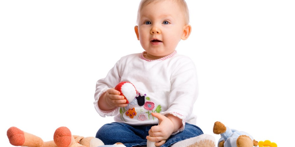Baby hält kleinen Ball in der Hand