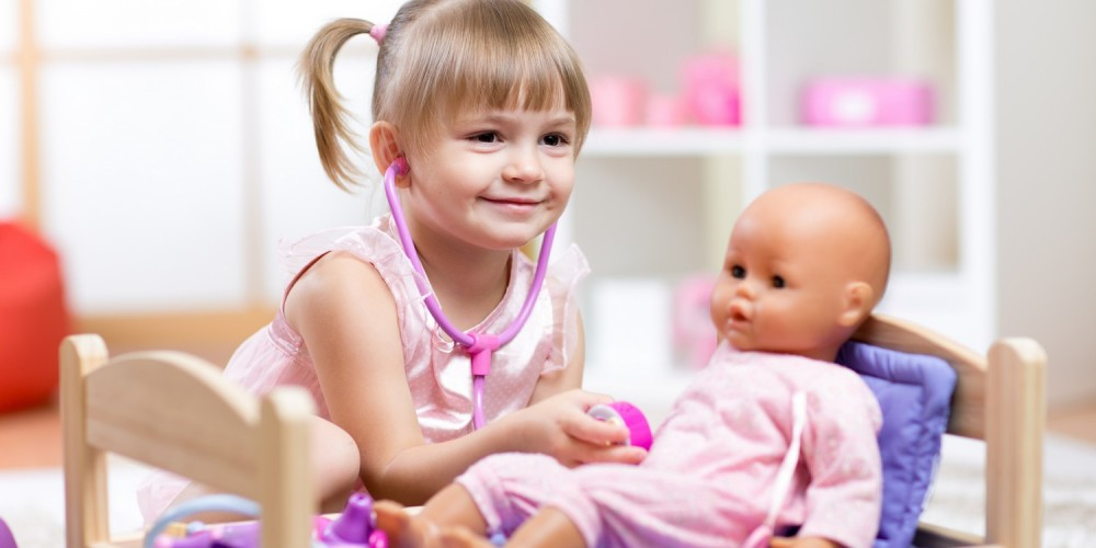 Mädchen spielt mit ihrer Puppe