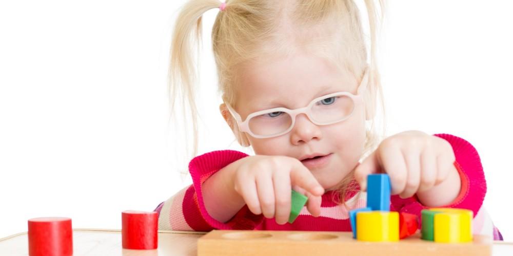 Mädchen spielt mit einem Steckspiel