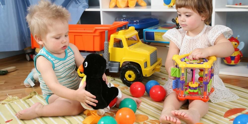 Bruder und Schwester spielen im Zimmer