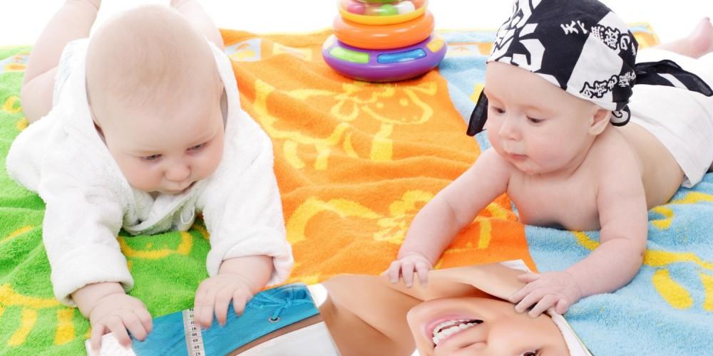 Zwei Babys blättern in einem Magazin