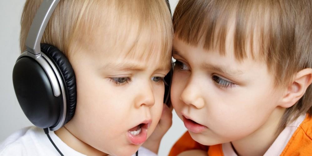 Zwei kleine Kinder mit Kopfhörer beim Musikhören