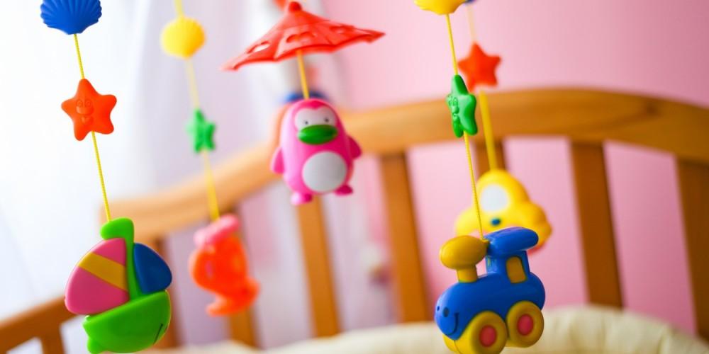 Buntes Mobile über einem Kinderbett
