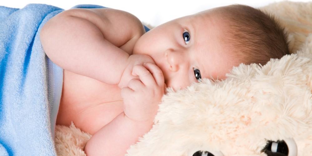 Baby mit blauer Kuscheldecke
