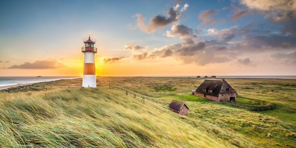 Sonnenaufgang hinter einem Leuchtturm