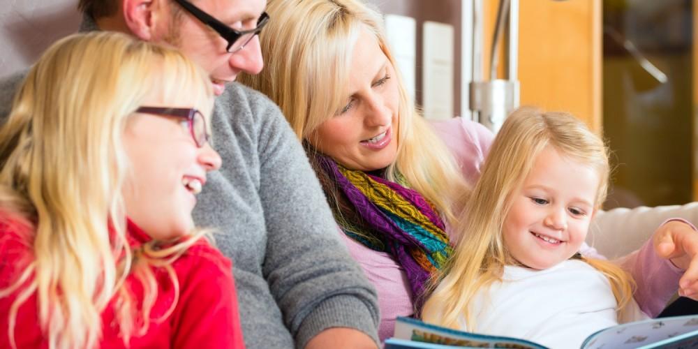 Eine Familie liest gemeinsam ein Buch