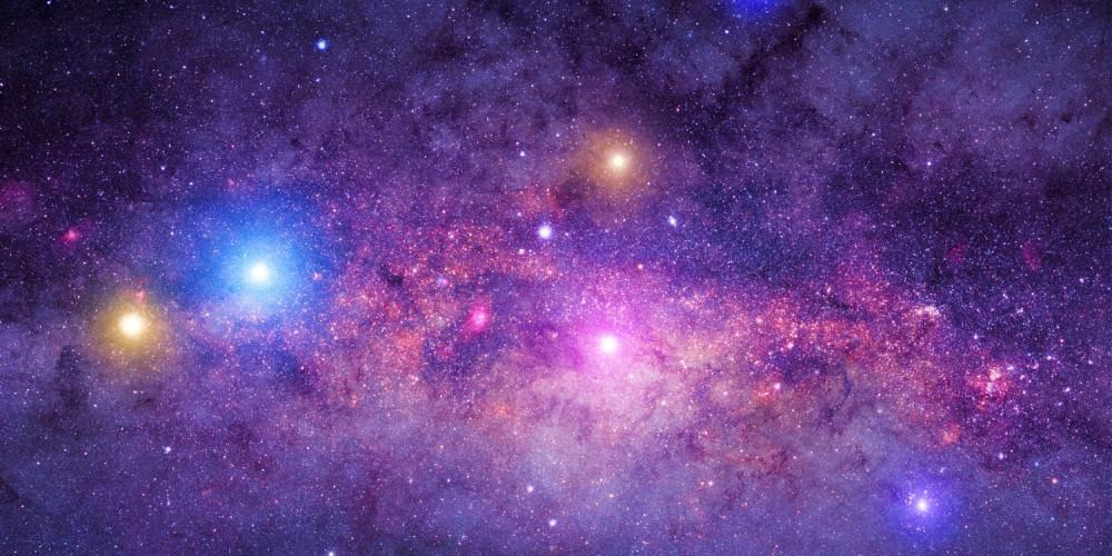Die Milchstraße in lila Farbtönen