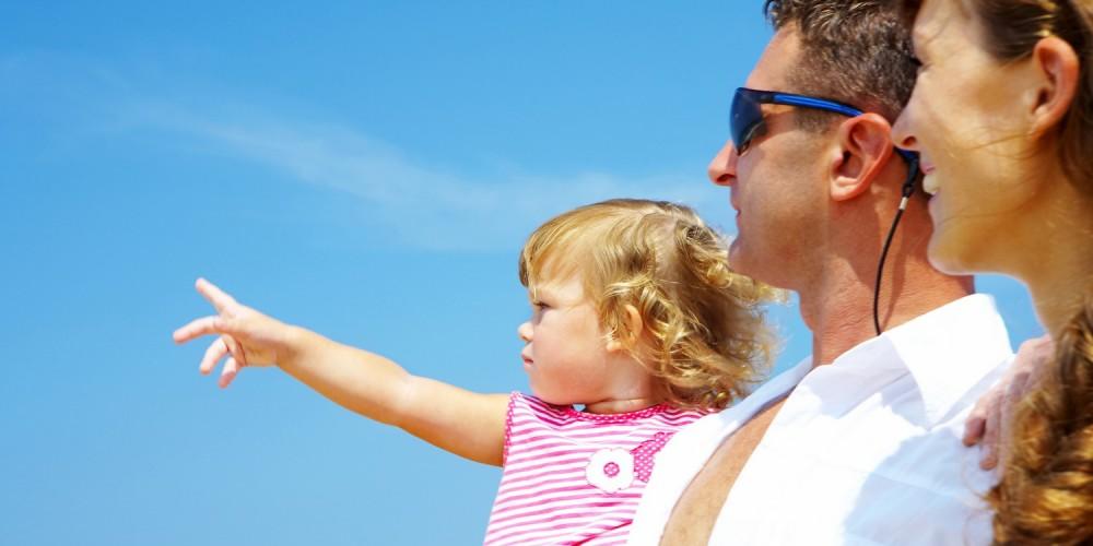 Eltern und Mädchen blicken zum Himmel