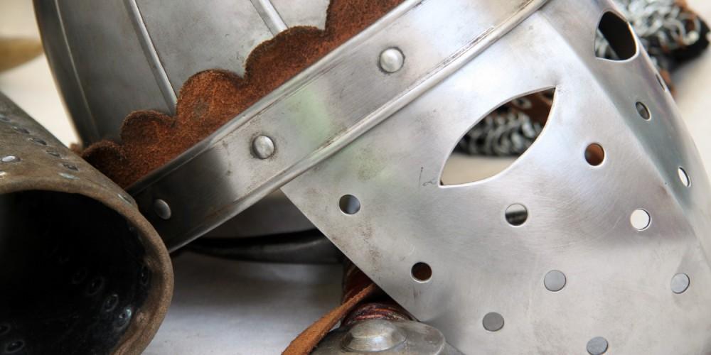 Mittelalterliche Maske, Ritterhelm und Waffen