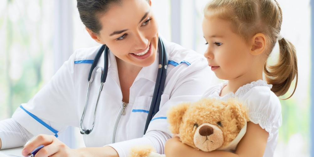 Kleines Mädchen mit Teddy beim Kinderarzt