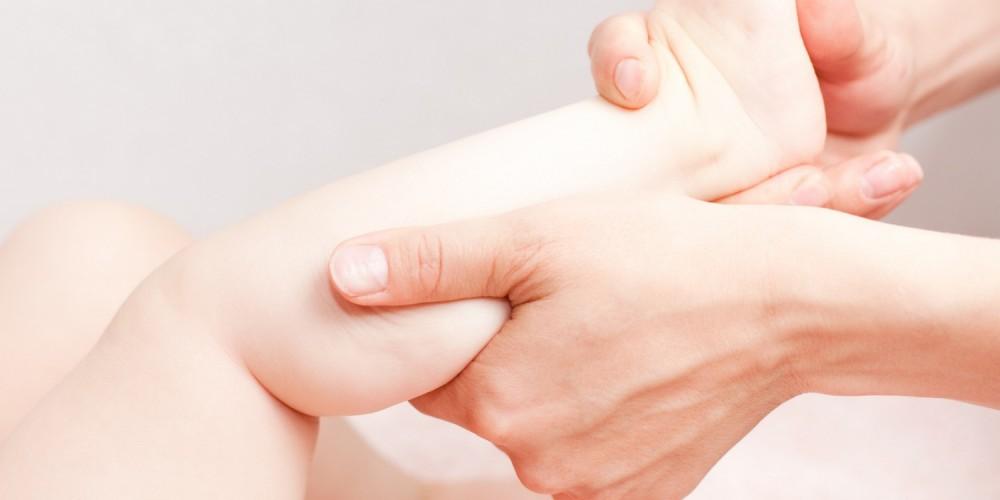 Der Ansatz auf dem Gelenk des Daumens auf dem Bein