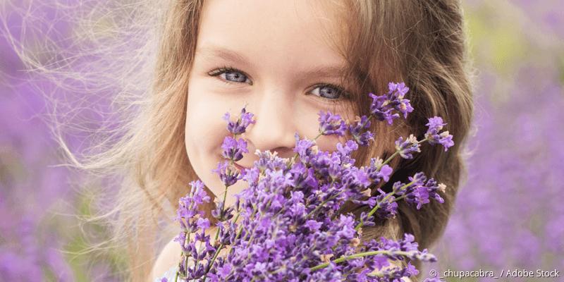 Strahlendes Mädchen mit Blumen